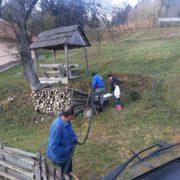 Pomoć građanima naselja Slivno. Radnici JP Komunalno pune posude vodom za piće iz cisterne.